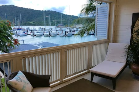 Absolute Waterfront Apartment Port of Airlie - エアリービーチ - アパート