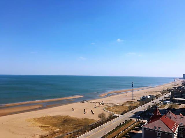 赏荷看海的造梦空间,宽敞舒适的家庭套房,免费无限次使用双人脚踏车,下楼就踏进私属海滩,超高性价比!