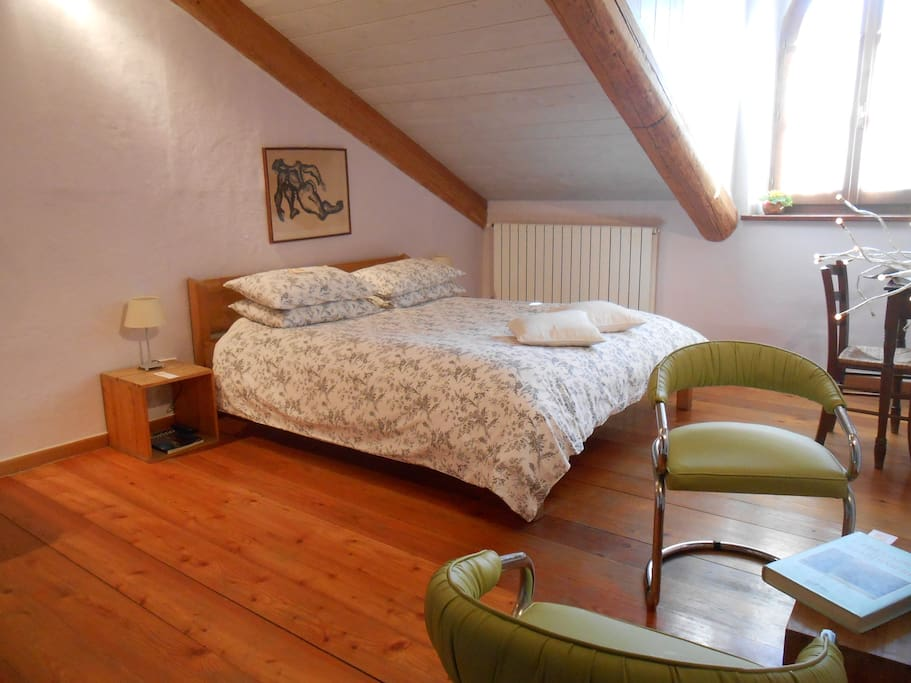 Parquet in legno naturale e olio di lino, calci idrauliche per le pareti, tessuti naturali per un soggiorno perfetto