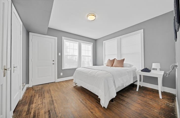 Private Room/Entry in Gorgeous Vintage Duplex Home