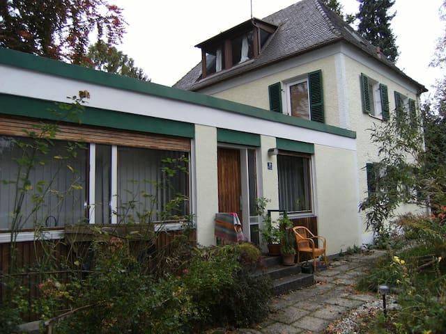 Fröhliche, helle 2-Zimmer- Wohnung - Munich - Hus