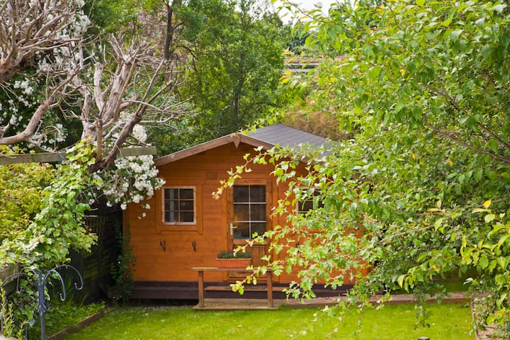 Cottage in the beautiful garden - Harrow - House