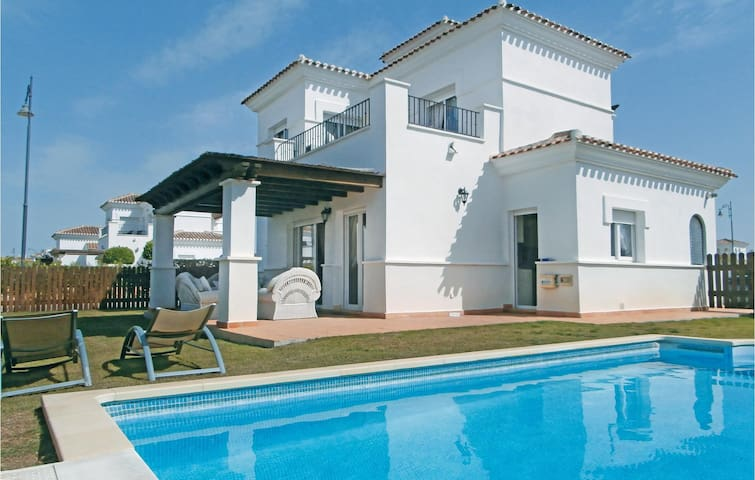 Holiday cottage with 3 bedrooms on 93 m² in Roldan