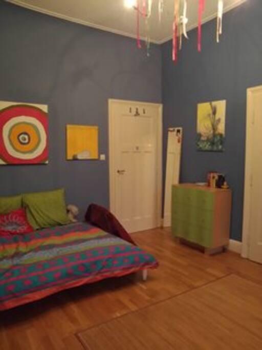 Das Zimmer, die Bilder an den Wänden wechseln ab und zu