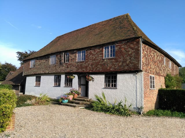 Listed Manor house, 2 bedrooms - Canterbury