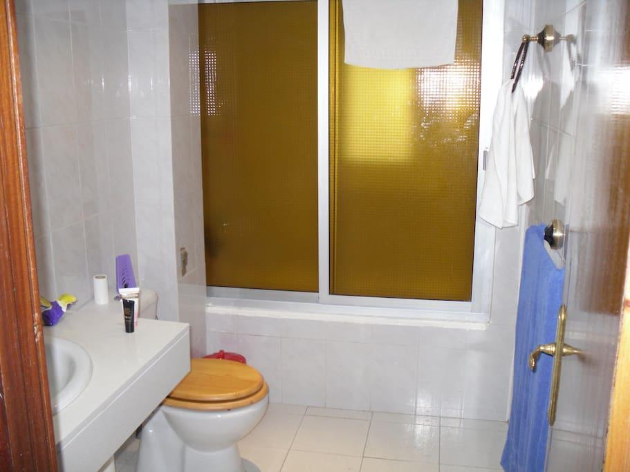 Baño grande con bañera de uso compartido por el huesped y el solo inquilino de la casa
