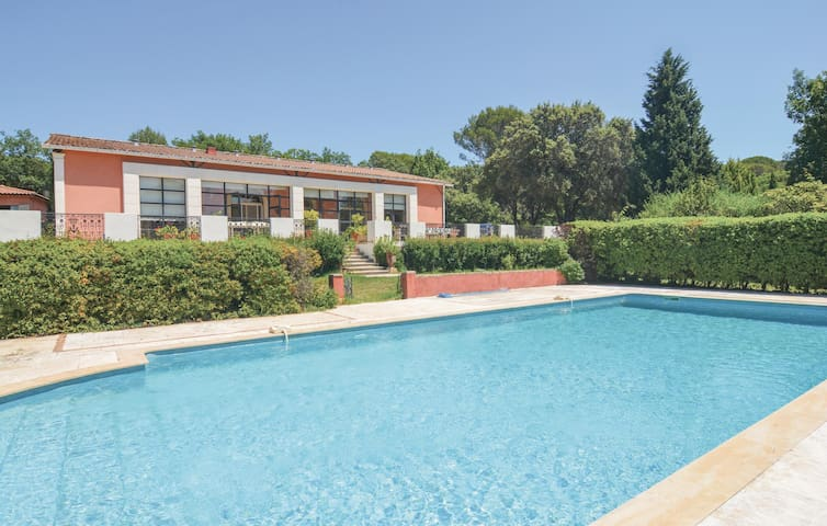 Holiday cottage with 4 bedrooms on 250 m² in Aubais
