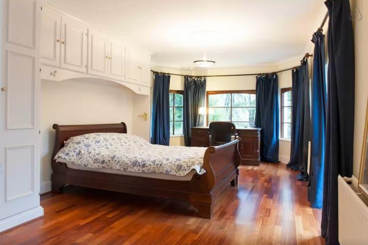 Large en-suite in country house - Kilmacanoge - House