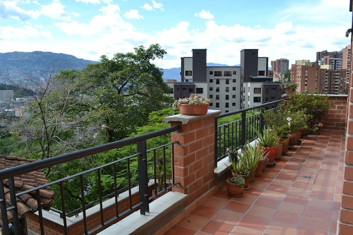 Spacious and cozy private room in Poblado