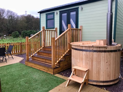 Luxury family shepherd hut with hot tub in Conwy
