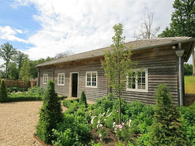 WEST BARN, pet friendly, with a garden in Tackley, Ref 988598