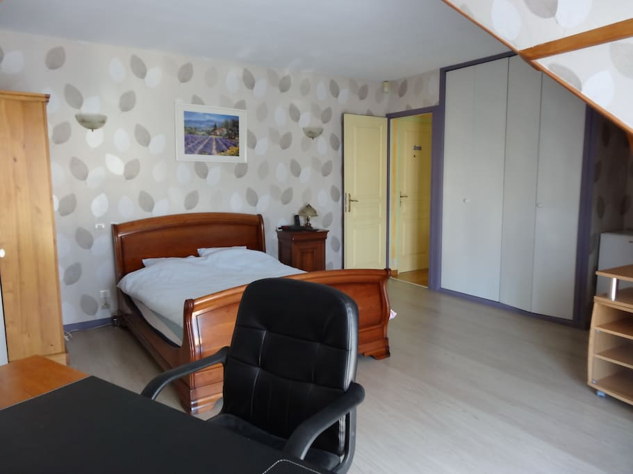 Chambre N°1 avec balcon-5 voyageurs-1 lit 2 places et 2 lits 1 place