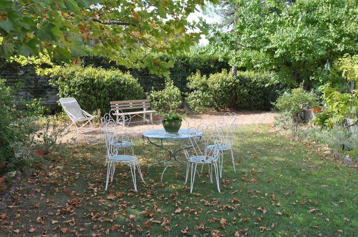 Chambre de charme au calme, dans village provençal - Lambesc - บ้าน