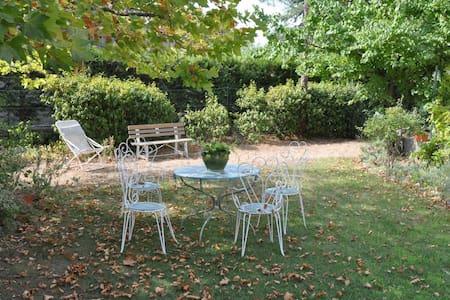Chambre de charme au calme, dans village provençal