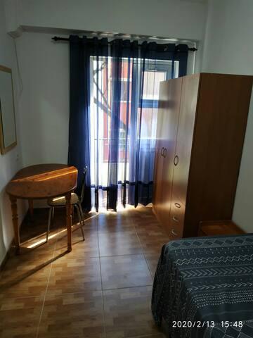 Habitación con balcón, iluminada cómoda y céntrica