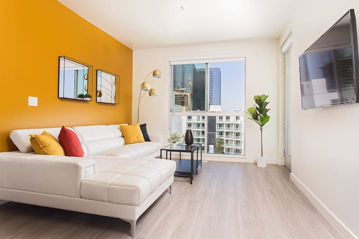 San Diego SKY LINE VIEW! Gas Lamp+ Parking+ 5 Beds