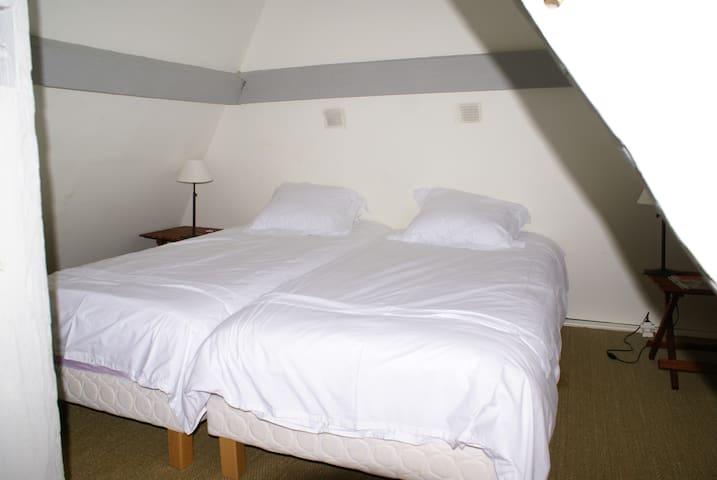 Chambre avec 2 lits 90cm ou 1 de 180cm  et matelas enfants (si besoin) Chaumière secondaire - 1er étage -