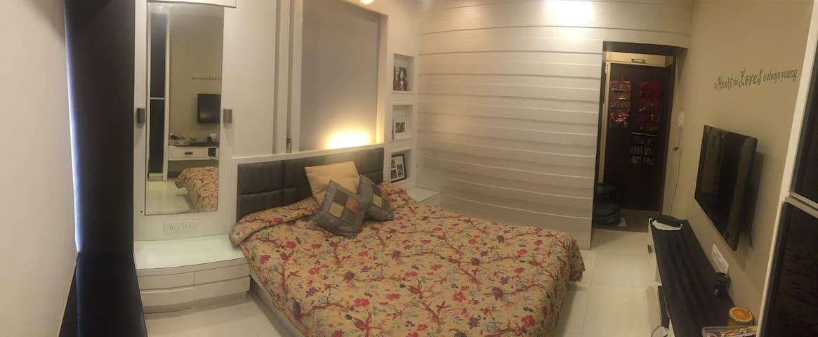 Private bedroom with beach view - Mumbai - Apartment