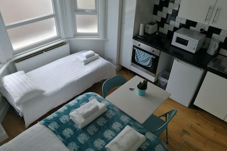Entire Place Private Studio Flat with Kitchen