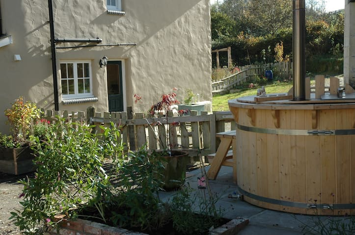 Cosy Cottage on farm with wood fired hot tub - Carmarthenshire