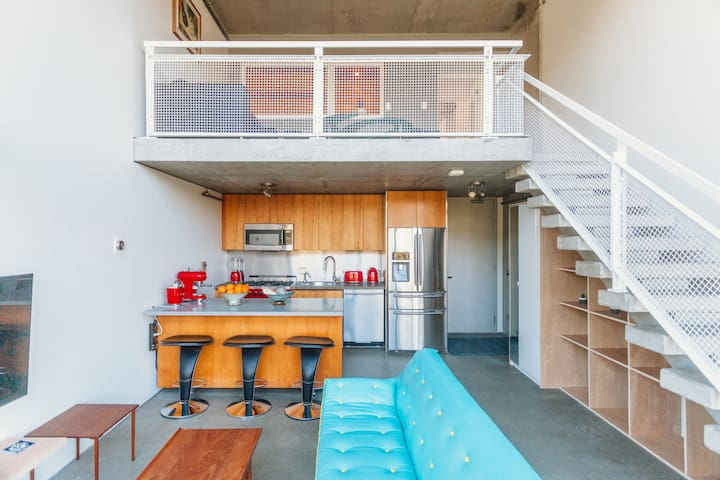 Waterfall Loft with Roof-Deck by Granville Island