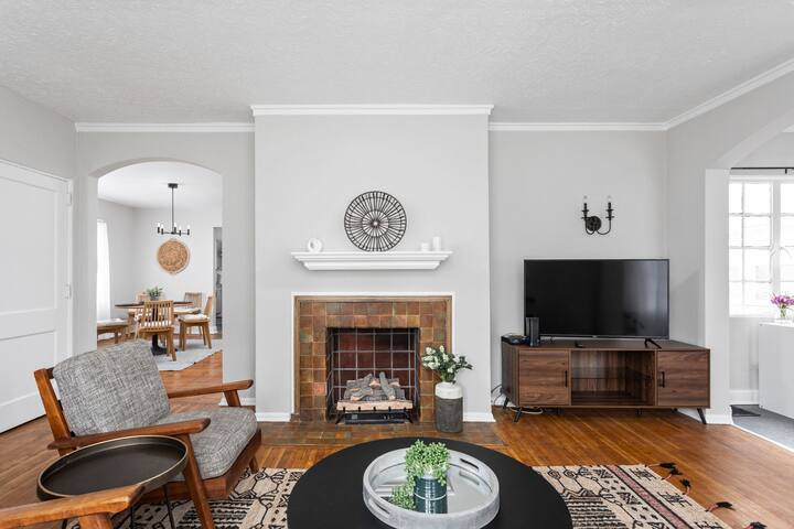 Chic Newly Renovated Apt in Great Location!