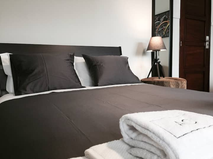 AC House 3 - Private room with queen bed + 2 extra