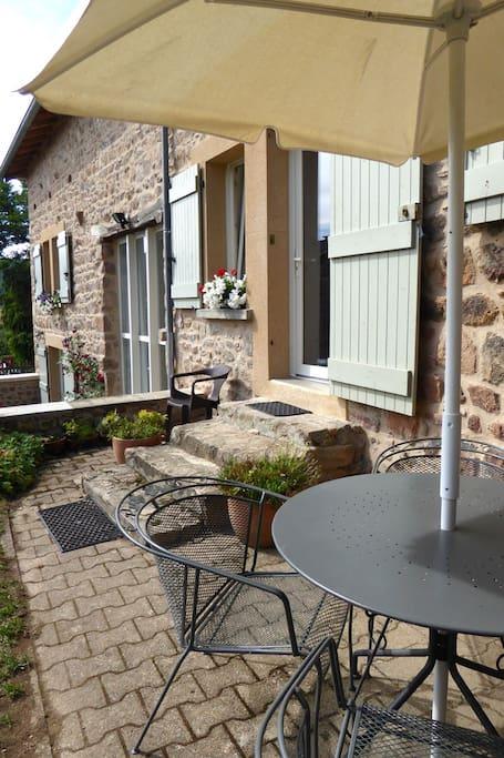 Gîte dans maison de campagne - Chauffailles - Sud-Brionnais - Bourgogne. Votre entrée privée.