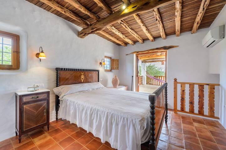 Dormitorio cama doble en planta superior con aire acondicionado.