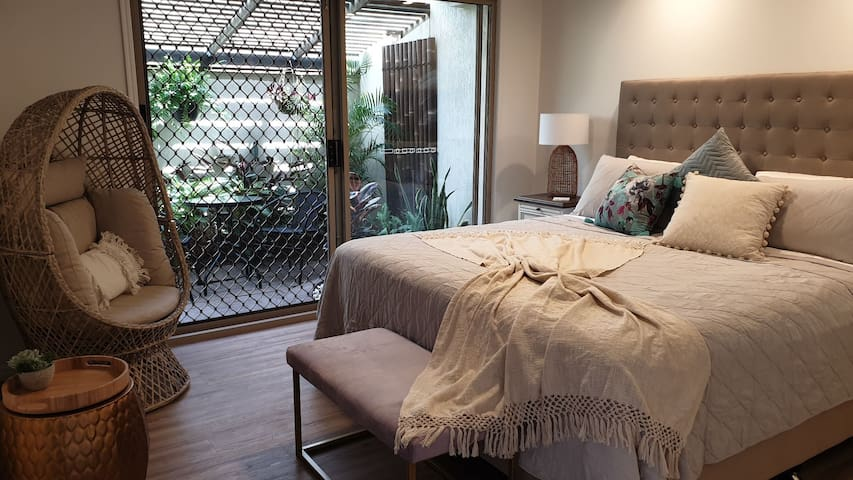 Comfortable king bed, linen provided. Foxtel tv with sports available. Air conditioning with optional ceiling fan, spacious access to ensuite bathroom, private courtyard.