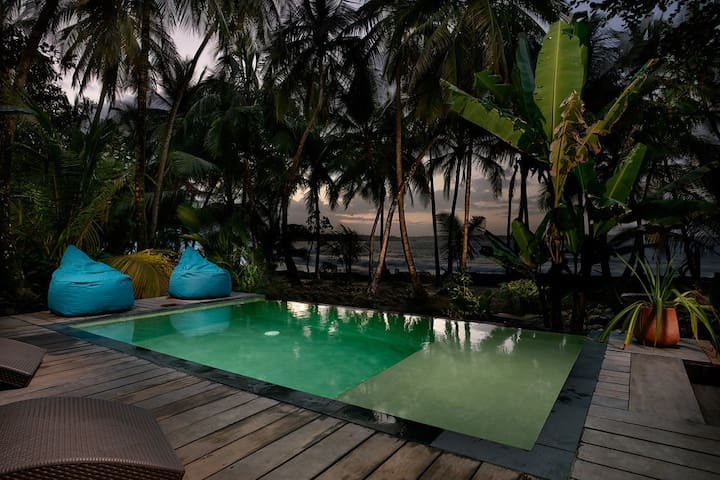 5 bed/5 b Oceanfront paradise w/ pool and bfast!