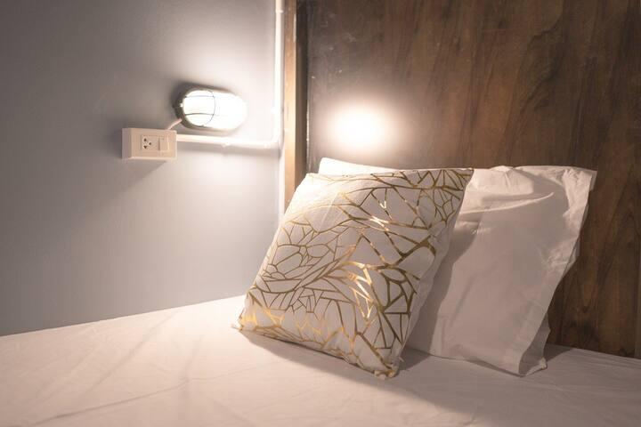 Single Bed (22) next subway and shopping 靠近火車站和購物區