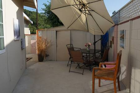 2 Br. guest house with private yard. Pets allowed.