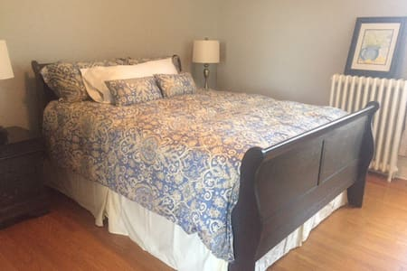 1000 Islands B and B - Pitch Pine Room - Brockville - Bed & Breakfast