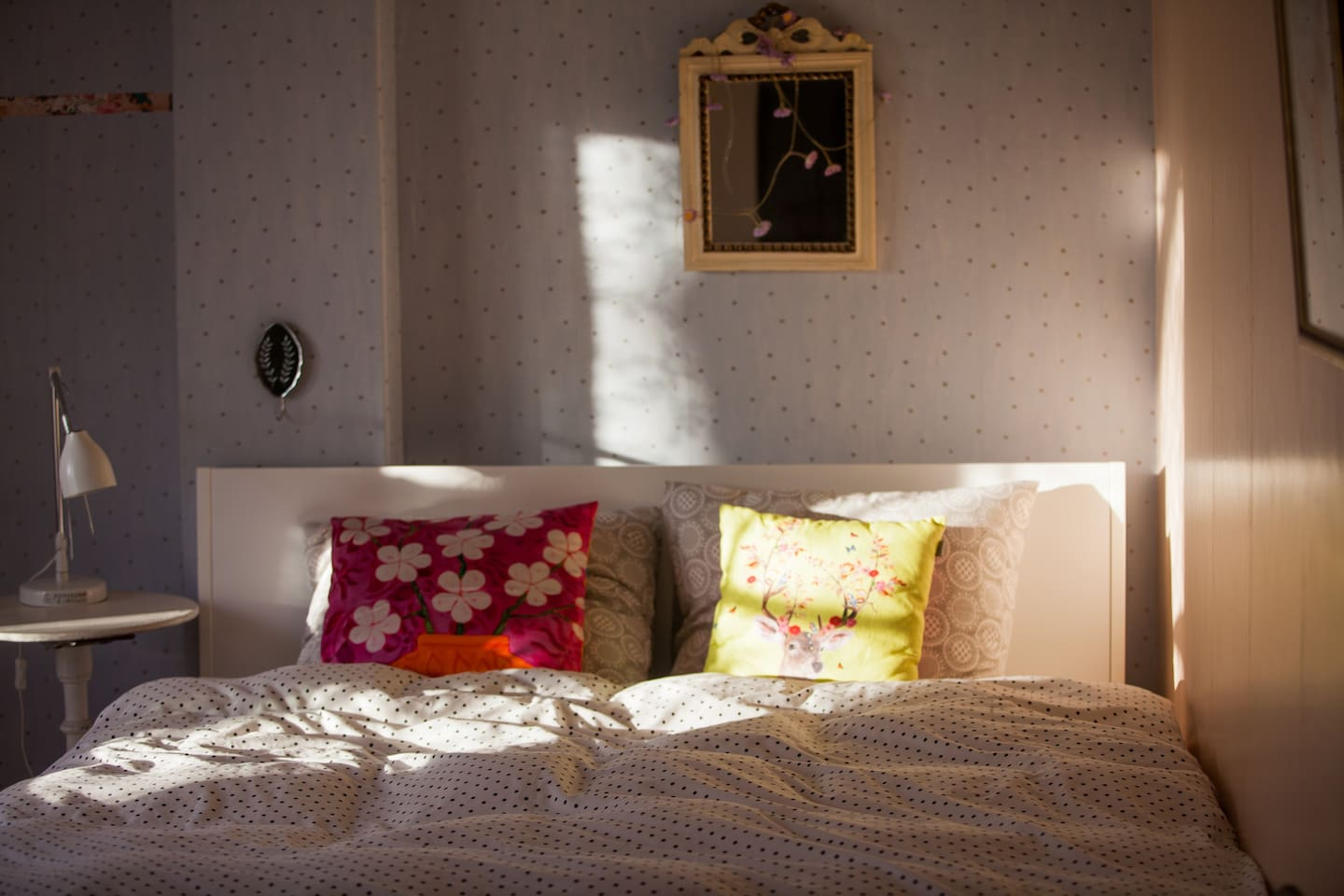 Cosy room, comfortable brand-new bed, balcony with street view.