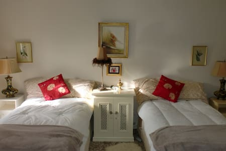 Double & 2 Single sleeps 4 en suite