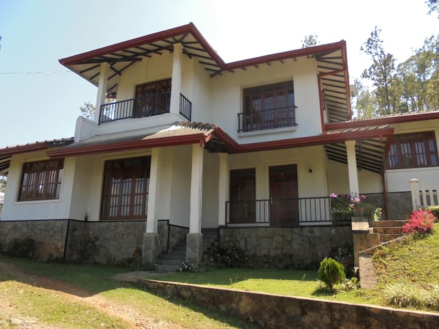hills view banglow - kandy - Bed & Breakfast