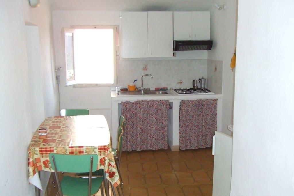 Cucina con angolo cottura e bagno adiacente