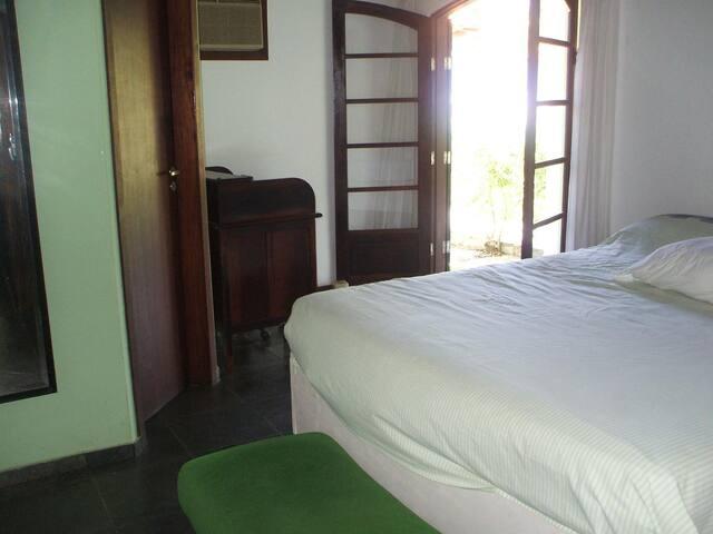 Suíte01: cama casal G.G. saída para varanda, TV, Ventilador de teto, close.