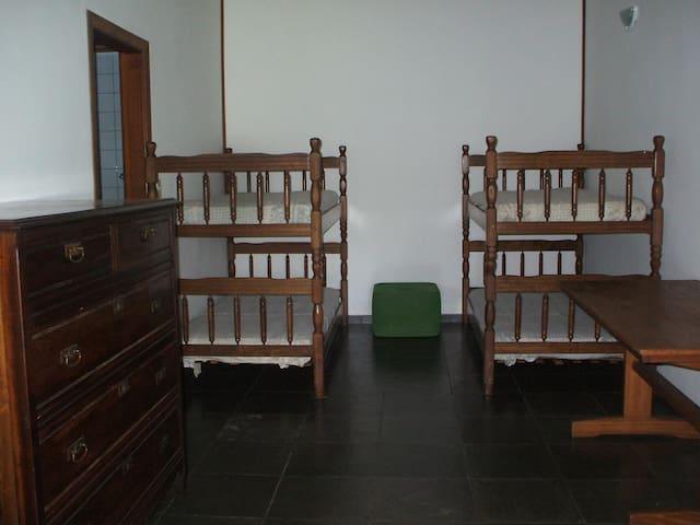 Suite 03: 02 beliches= 04 camas solteiros,TV, ventilador de teto.