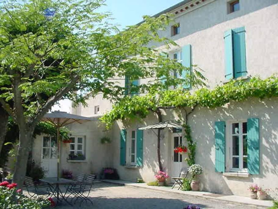 Notre maison exposée au sud est très ombragée par le marronnier, la vigne et la bignonne.