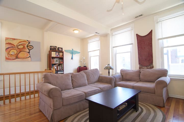 Sunny and Spacious Bucktown 1 BR