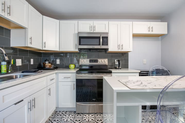 Remodeled University Guest House - Walk Downtown
