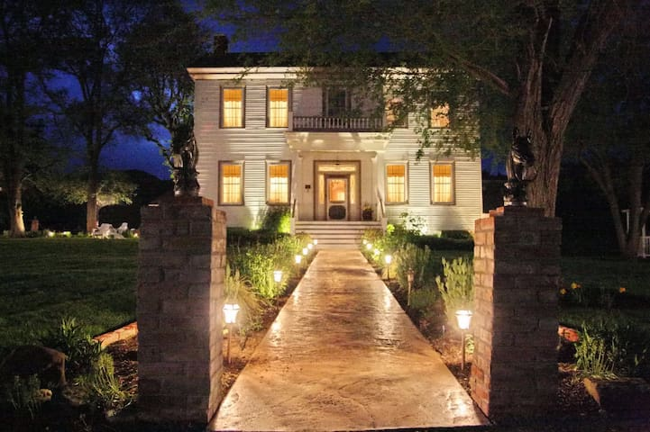 Victorian Elegance - Central Point - Bed & Breakfast