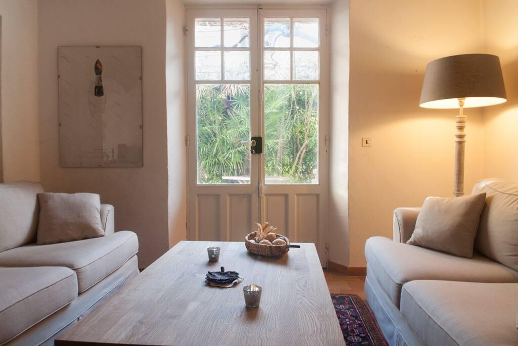 Wohnzimmer mit Blick auf die Terrasse Ost