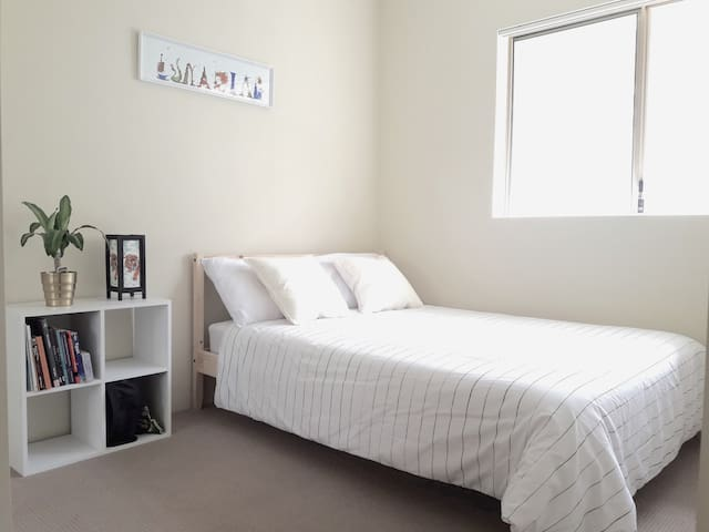 Private bedroom with own bathroom close to G:link - Southport - Flat