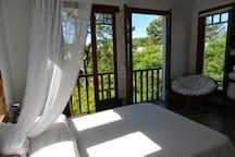 Dormitorio principal rodeado de naturaleza