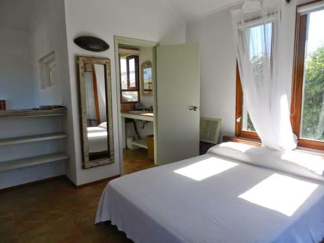 Dormitorio principal, vista en suite con luz natural