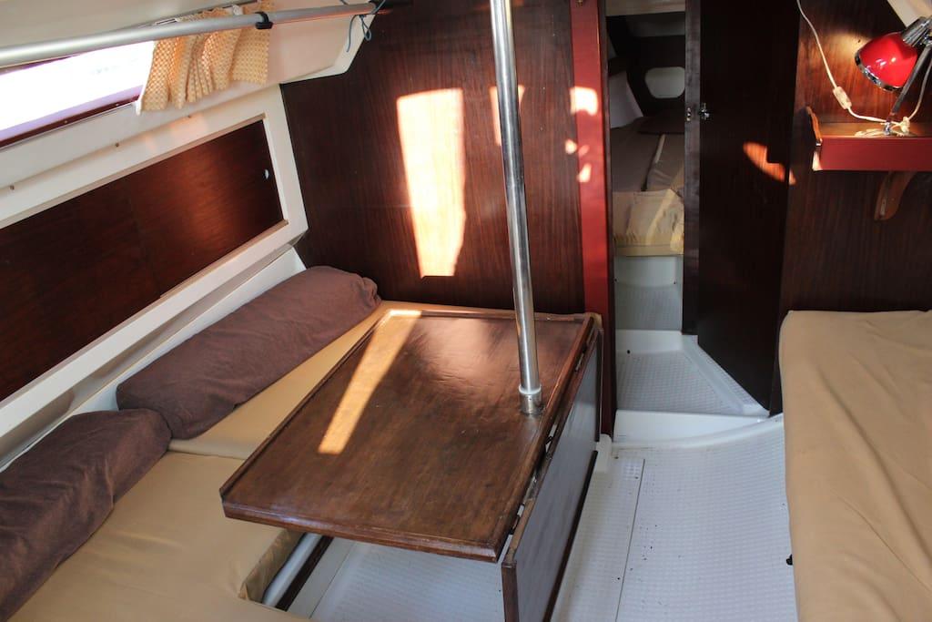 Le salon transformable et la cabine avant au fond