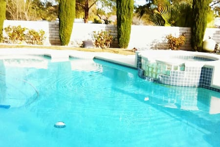 Sleeps 40+ in 8 BR Mansion: Relax!!